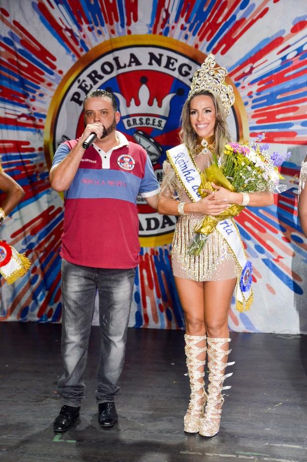 Ana Paula Ferrari, a Mulher Ferrari, é coroada rainha de bateria da Pérola Negra (Foto: Eduardo Graboski / M2 Divulgação)