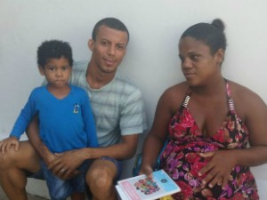 Fernando Vasconcelos e Adriana Santana levaram o filho para se vacinar (Foto: Juliana Almirante/G1 Bahia)