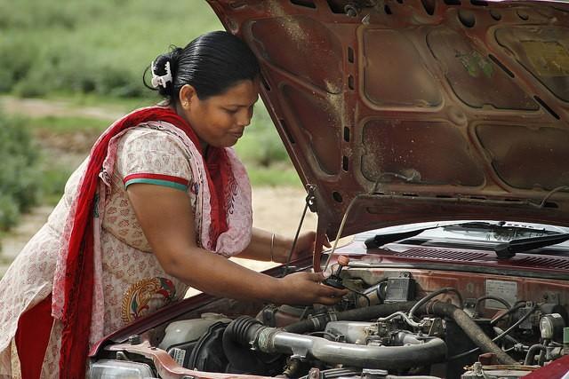 Além da aulas práticas de direção, o projeto inclui treinamento de mecânica (Foto: Reprodução Azad Foundation)