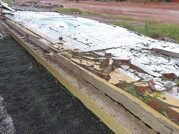 Muro do gnásio de esportes ao chão após chuva e ventos fortes no oeste da Bahia (Foto: Edivaldo Braga/Blogbraga)