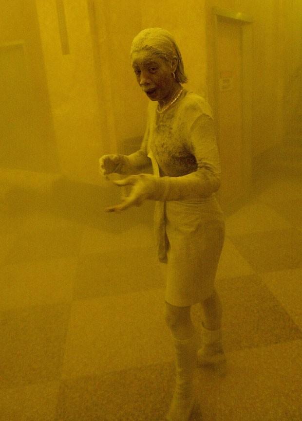 Foto tirada logo após os atentados de 11 de setembro de 2001 em Nova York mostra Marcy Borders coberta de poeira; a imagem é uma das mais famosas do ataque ao World Trade Center (Foto: Stan Honda/AFP)