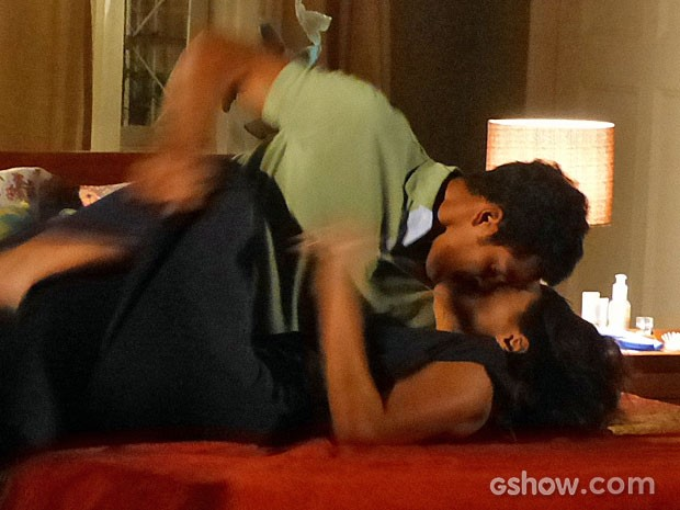 Jairo e Juliana caem na cama aos beijos (Foto: Em Família/TV Globo)