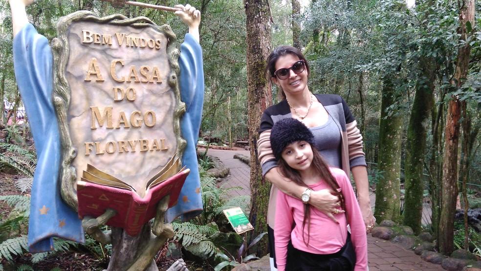 Advogada Giuzeila Machado Watte, de 39 anos, foi com a filha Isadora, de 7, à Terra Mágica Florybal (Foto: Henrry Palla/RBS TV)