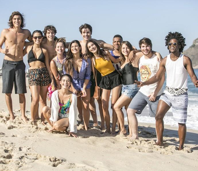 Elenco de Malhação roda cenas finais da temporada na praia (Foto: Raphael Dias/Gshow)