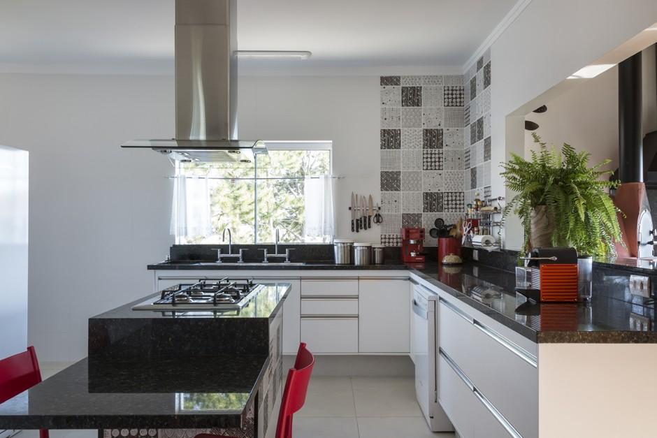cozinha_branca_vermelho (Foto: Evelyn Muller/Divulgação)