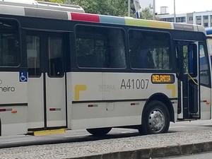 O ônibus que liga o Aeroporto Santos Dumont à Cinelândia (Foto: Lilian Quaino/G1)