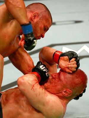 Muito sangue no combate entre Siver e Wiman (Foto: Divulgação UFC)