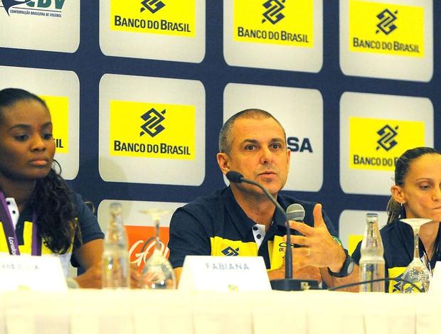 Fabiana, Zé Roberto e Fabi na coletiva da seleção feminina de vôlei (Foto: Marcos Ribolli / Globoesporte.com)