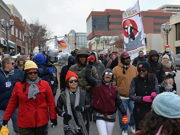 Manifestantes participam de passeata pelas ruas de Clayton, no Missouri, enquanto aguardam o julgamento dos responsáveis pela morte de Michael Brown (Foto: AFP Photo/Michael B. Thomas)