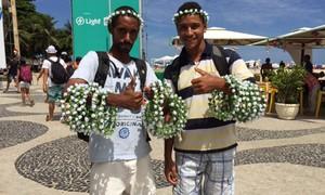 Ambulantes faturam com arcos de flores em Copacabana