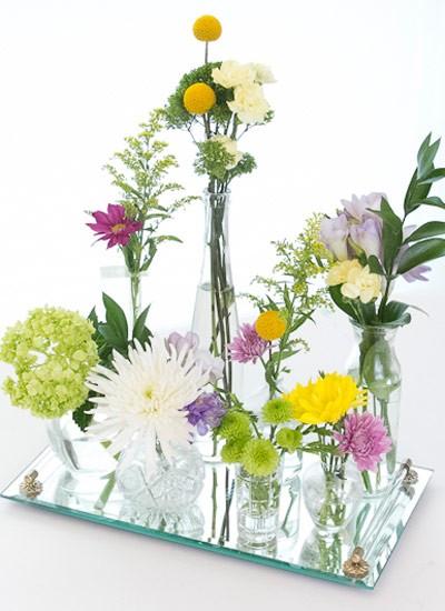 Flores, perfumes e espelho. Precisa de mais? (Foto: paperyandcakery.com)
