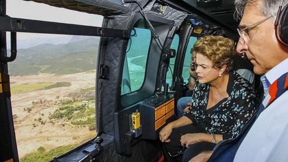 Dilma sobrevoa Bento Rodrigues, em Mariana, e observa a destruição que a ruptura de duas barragens causou (Foto: Roberto Stckert Filho/PR/Agência Brasil)