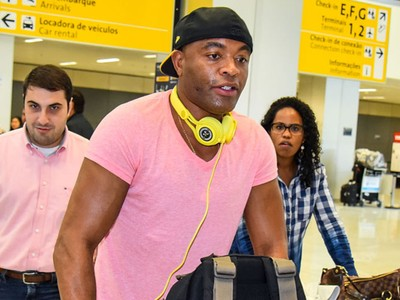 Anderson Silva desembarca no Brasil (Foto: Caio Duran)