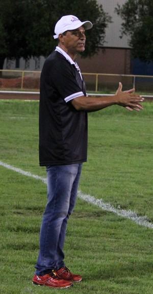 Éverton Goiano, técnico do São Raimundo-PA, gesticulava todo instante com os jogadores (Foto: Ivonisio Júnior)