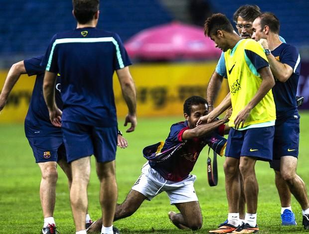 invasor treino barcelona neymar (Foto: Agência EFE)