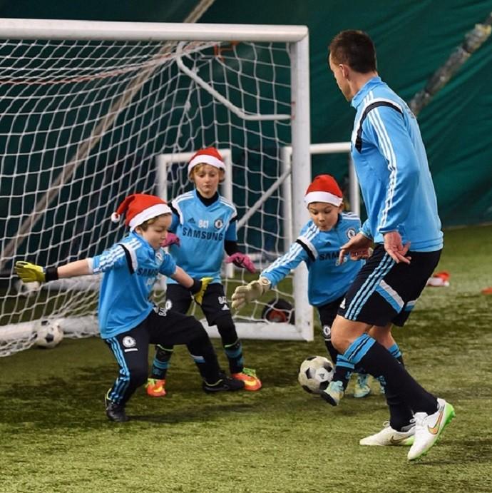John Terry joga com meninos do sub-8 do Chelsea