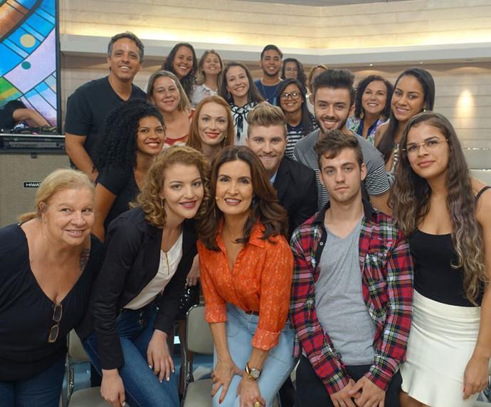 Fátima tira foto com a plateia depois do programa  (Foto: Vinícius Cunha/Gshow)