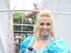 'Cinderela' Carla Perez encara chuva em seu segundo dia de trio na Bahia