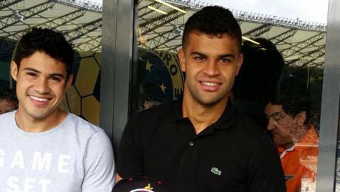 Vinícius Araújo assiste a Cruzeiro x Chapecoense ao lado dos jogadores do time, no Mineirão (Foto: Maurício Paulucci)