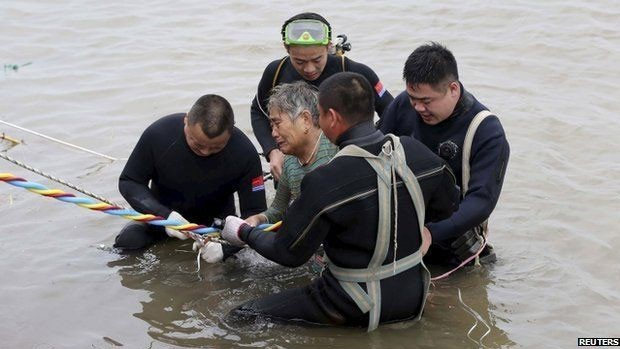 Mulher de 65 anos é resgatada do navio  (Foto: Reuters)