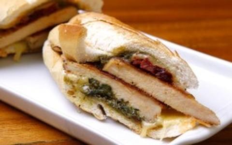 Sanduíche de peito de frango, molho pesto de manjericão e queijo prato