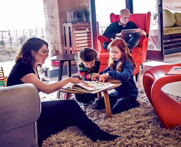 A família Lust Dobner em momento relax em casa, em Barcelona  (Foto: Arturo Querzoli)