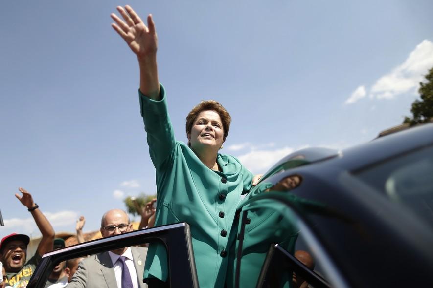 Dilma acena para eleitores na chegada a evento da Confederação Nacional dos Trabalhadores na Agricultura (Contag) A entidade é historicamente ligada ao PT.