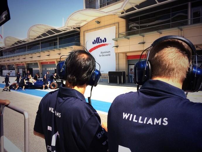 Os titulares Felipe Massa e Valtteri Bottas acompanham atentamente a estreia de Felipe Nasr (Foto: Divulgação)