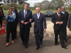 Ministro da Justiça, José Eduardo Cardozo, e vice-presidente da República, Michel Temer, deixam palácio do Jaburu após reunião. (Foto: Nathalia Passarinho/G1)