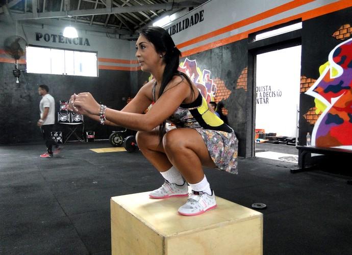 Amanda trabalha as coxas pulando sobr um obstáculo  (Foto: Vitor Moreno/Gshow)
