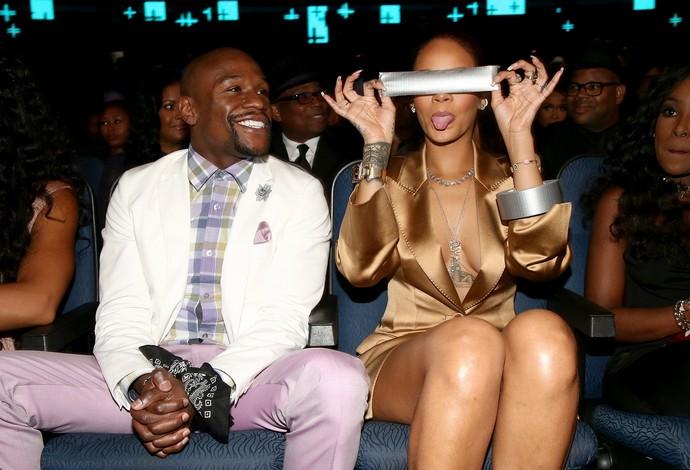 Mayweather com Rihanna, que mostra fita adesiva em premiação (Foto: Photo by Christopher Polk/BET/Getty Images for BET)