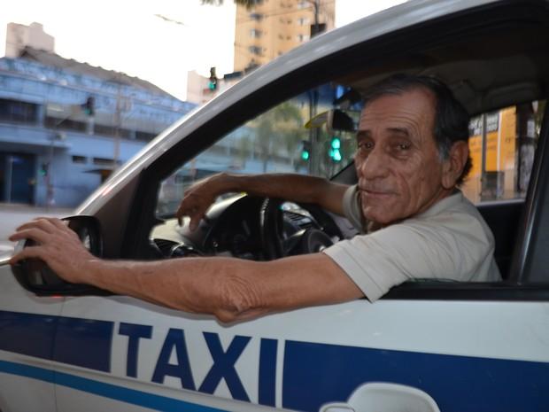 Taxista espera clientes em Campinas (SP) (Foto: Marina Ortiz/ G1)