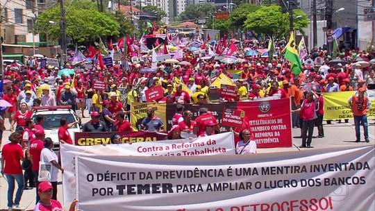 Manifestantes bloqueiam vias do Grande Recife em protesto contra reforma da Previdência