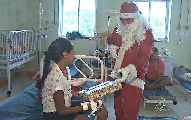 Papai Noel visitou crianças que estão em tratamento no Hospital da Crainça e entregou presentes na capital  (Foto: Acre TV)