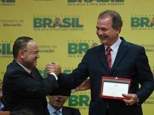 O novo ministro da Educação, José Henrique Paim, durante transmissão do cargo com o ex-titular da pasta Aloizio Mercadante (Foto: Agência Brasil)