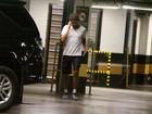 Após malhar, Cauã Reymond deixa academia na Barra da Tijuca