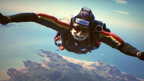 Médico aposentado de 75 anos pratica paraquedismo (Foto: Reprodução/RBS TV)