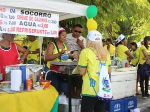 Ambulantes aproveitam para vender comida durante Caminhada da Fraternidade em Teresina (Foto: Gilcilene Araújo/G1)
