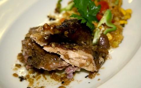 Receita do Batista: galinha-d'angola assada servida com farofa de frutas