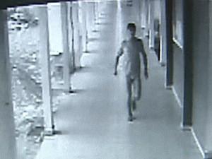 Suspeitos levaram uniforme de vigia da escola Armando Nogueira. Funcionário ficou apenas de cueca (Foto: Reprodução/Rede Amazônica Acre)