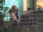 Grávida, Shakira troca beijos com Piqué em jantar romântico