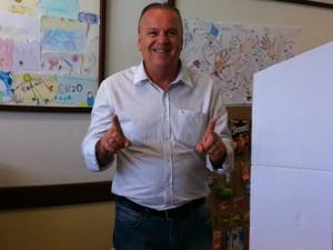 Candidato a prefeito de Criciúma, Márcio Burigo  (PP), votou por volta das 8h20 no Colégio Marista (Foto: Janine Limas/RBS TV)