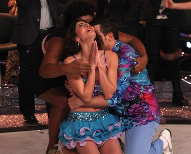 Após anúncio da vitória, Carol recebe abraços de Cacau Protásio e Leandro Azevedo (Foto: Domingão do Faustão / TV Globo)