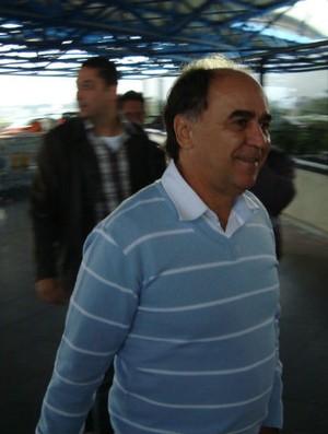 Marcelo Oliveira no embarque do Coritiba para Salvador (Foto: Gabriel Hamilko / GloboEsporte.com)