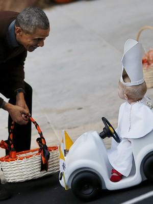 Obama brinca com criança vestida de papa no Halloween; veja fotos (REUTERS/Carlos Barria)