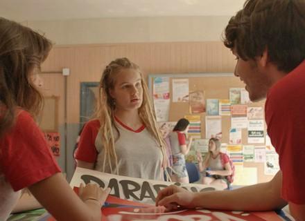 Belinha fica com ciúme ao ver Lucas e Luíza juntos