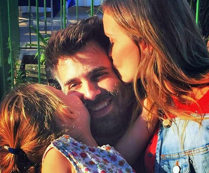 Luisa, Raoni Carneiro e Fernanda Rodrigues: família vai aumentar (Foto: Arquivo pessoal)