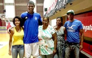 Cristiano Felício basquete Flamengo com a família (Foto: Marcello Pires)
