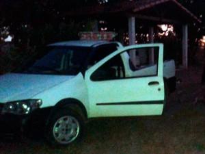 Corpo foi achado ao lado de veículo em granja no município de Macaíba (Foto: Normando Feitosa/G1)