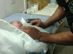 Bebê foi levado ao hospital municipal para receber atendimento (Foto: Luiz Fernando/ Ariquemes 190)